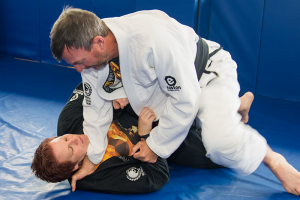 Jiu-jitsu-practitioners-demonstrate-how-to-pass-the-guard
